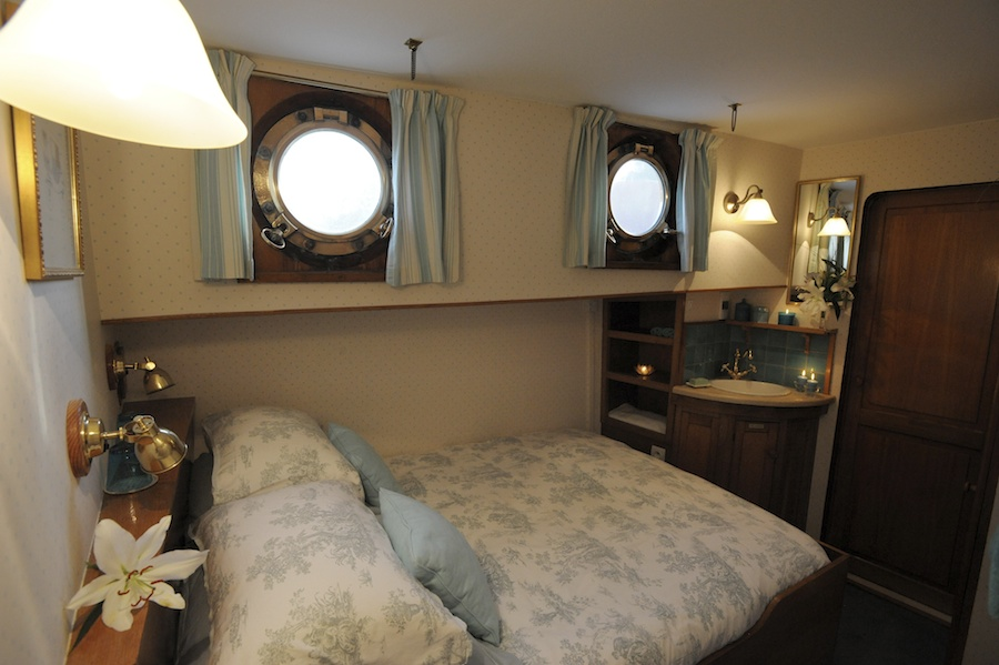 Cruise through Burgundy with a double bed cabin onboard LePapillon